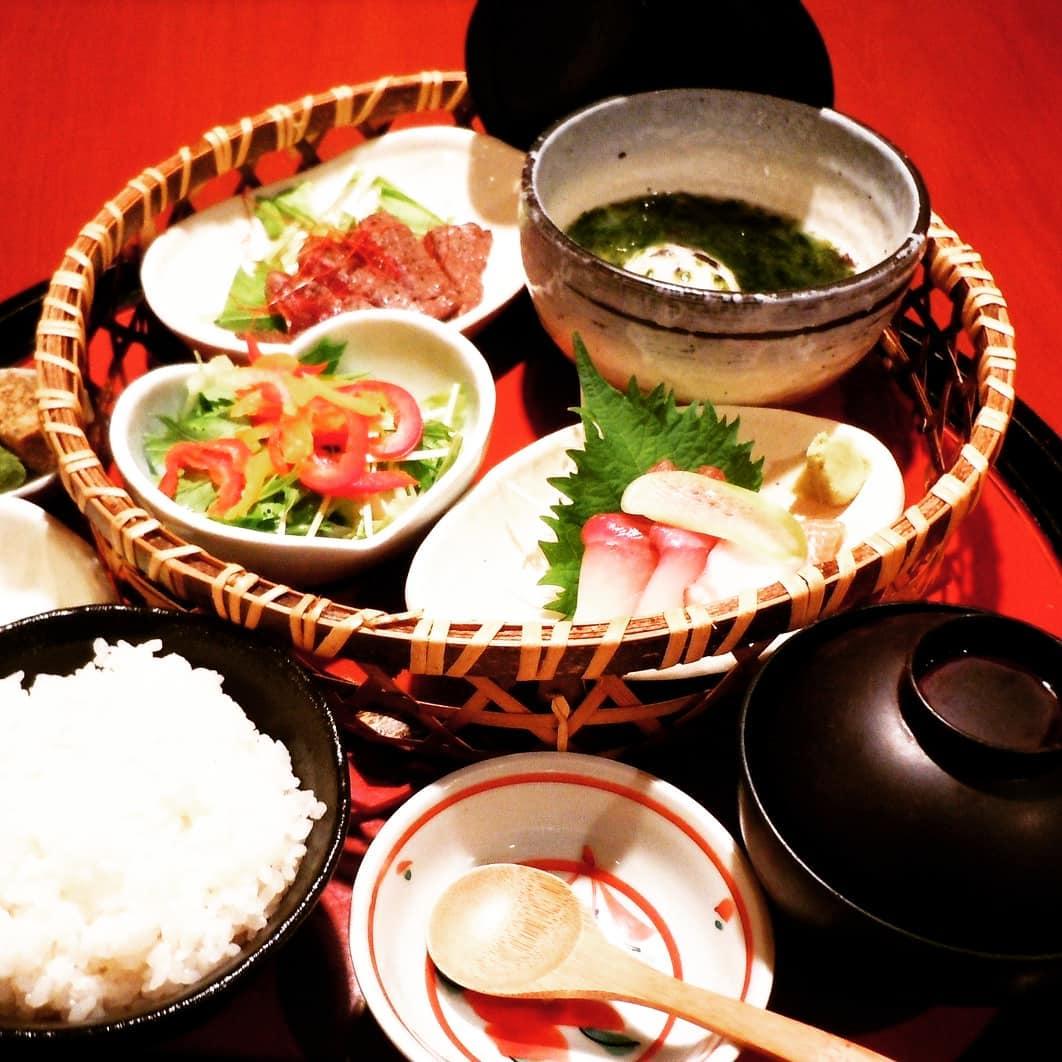 店内でのお食事で女性に大人気彩り夕膳と旬味かご膳です。 店内でのお食事も出来ますので、ご来店お待ちしております  味処 なかや スタッフ一同