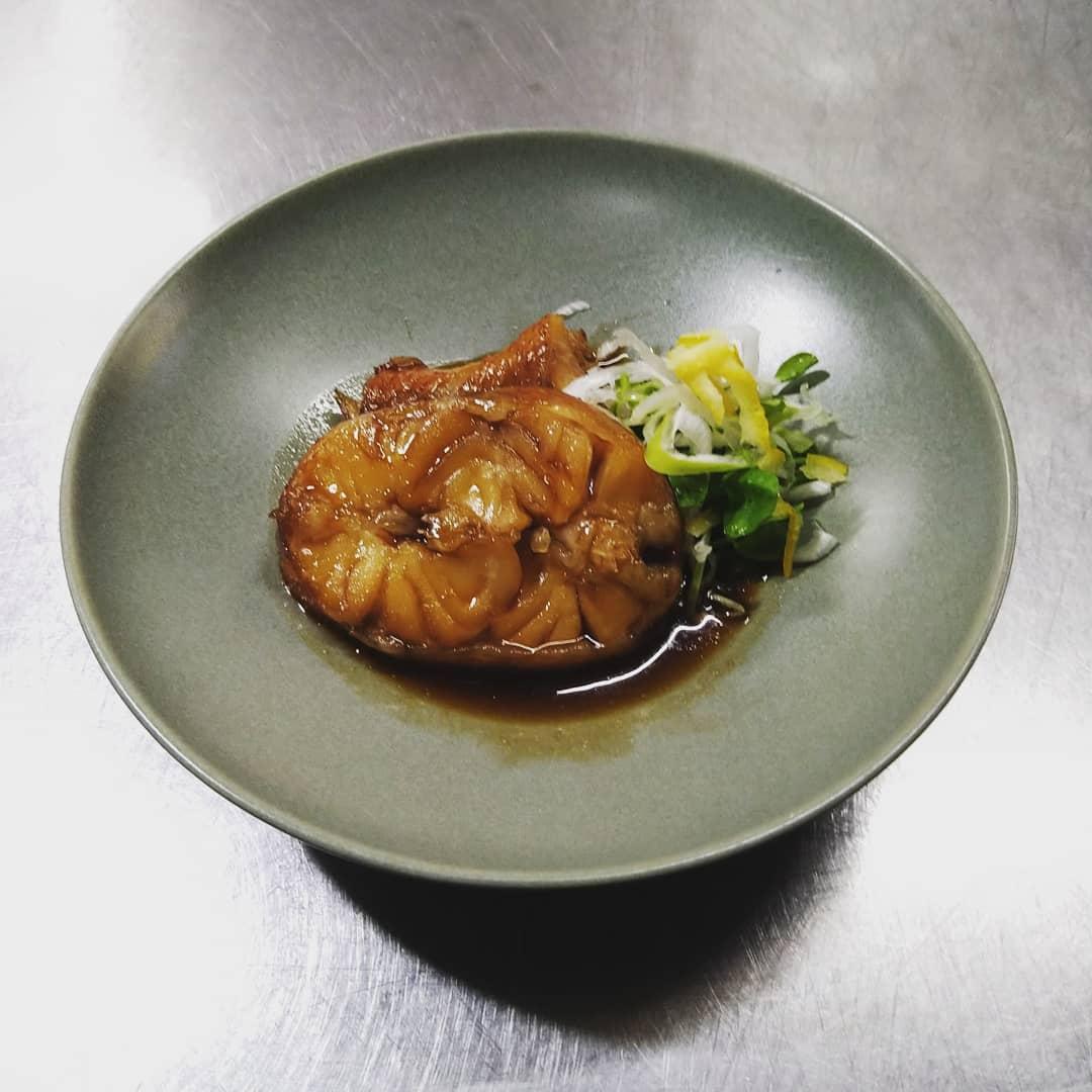 今回は「本日のおすすめ」から 煮魚をご紹介させていただきます! 魚の仕入状況により、 種類、値段が変わりますので、 ボードに書かれいる種類の中から 選んでいただきます。 写真の煮魚は「キンキ」です。 また12月より宴会メニューの方が 内容変更予定です。 煮魚もコースメニューにも入っております。 ごはんにもお酒にも合う1品となっております。 ご来店の際にはぜひご賞味ください!  #飛沫防止パーテーション #ストップコロナ対策認定店 #ご予約お待ちしております