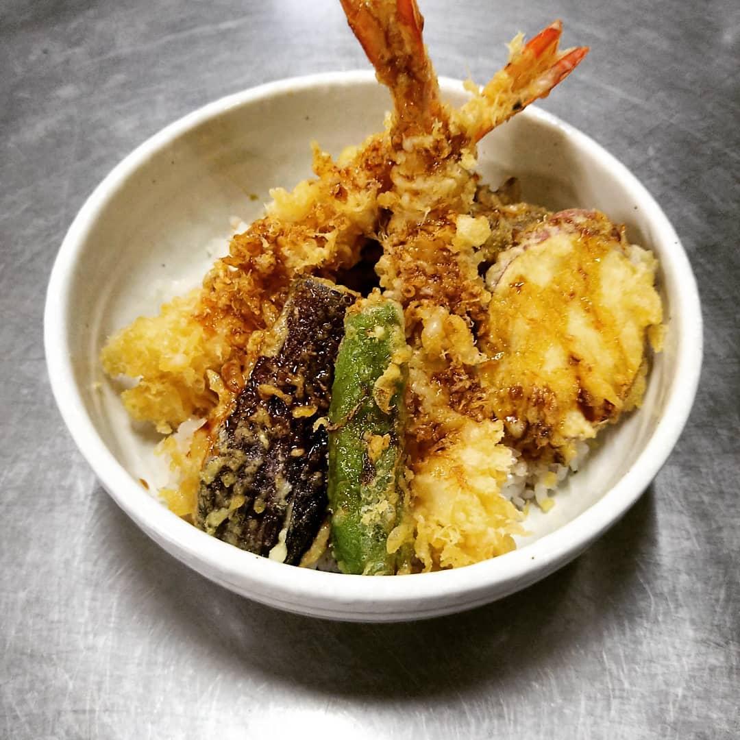 今回は平日のランチメニューをご紹介 させていただきます。 1月4日、月曜日から新たに2つの メニューを始めます。 1つ目は丼ものランチから「天丼」 です! 海老2本、野菜4種類の天ぷらがのった ボリュームのある丼となっております。 2つ目はかご盛りランチから「煮魚膳」 です! 写真、今回の煮魚はカラスカレイです。 ご飯がすすむ御膳となっております。 ぜひご来店の際には1度ご賞味ください! 最後に今年度もなかやをご愛顧いただき誠にありがとうございました。 来年度も皆さまのご来店、ご利用 心よりお待ちしております。