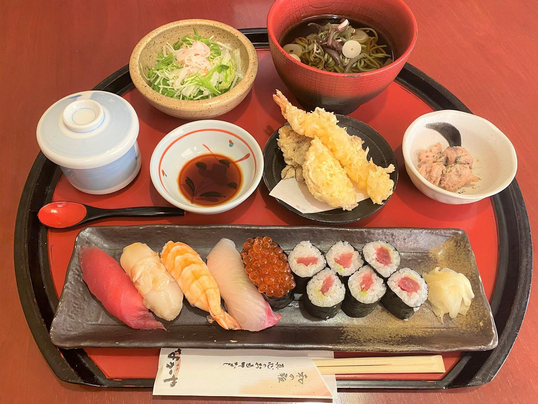 今回は平日ランチのメニューから一品紹介します。 こちらの写真は寿司茶そば膳です。 名前の通り寿司がメインになっており、5カンと巻物1本で、茶そばが付いております。 値段は1520円(税抜)とちょっとお高いですが、贅沢したい時やお客さんと食事する時にはどうでしょうか。  ご来店お待ちしております。 ※HPはインスタプロフィールのURLからご覧下さい