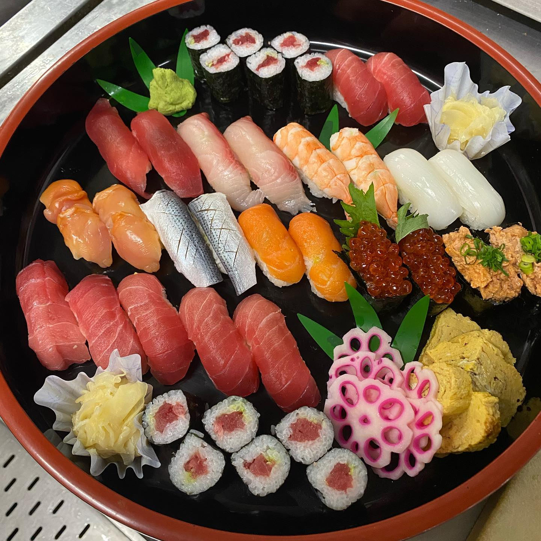 日頃よりテイクアウトのご注文ありがとうございます。折詰弁当…お寿司…オードブルなど、ご家庭用から会議でのお食事、ご法事、お祝いと様々なニーズにお応えできますので、ご連絡ご相談お待ちしております。