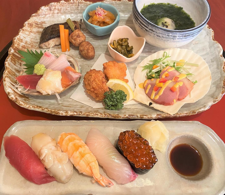 今回は平日ランチのメニューから一品紹介します。 こちらの写真はなかや御膳になります。 刺身、揚げ物、焼き魚、お寿司など、色々なものがあり、名物の玉〆が付いて、さらにデザート付きになります。 お値段は2000円(税込2200円)とちょっとお高めですが、贅沢したい時、お客さんとお食事の時などにいかがでしょうか。  ご来店お待ちしております。 ※HPはインスタプロフィールのURLからご覧下さい