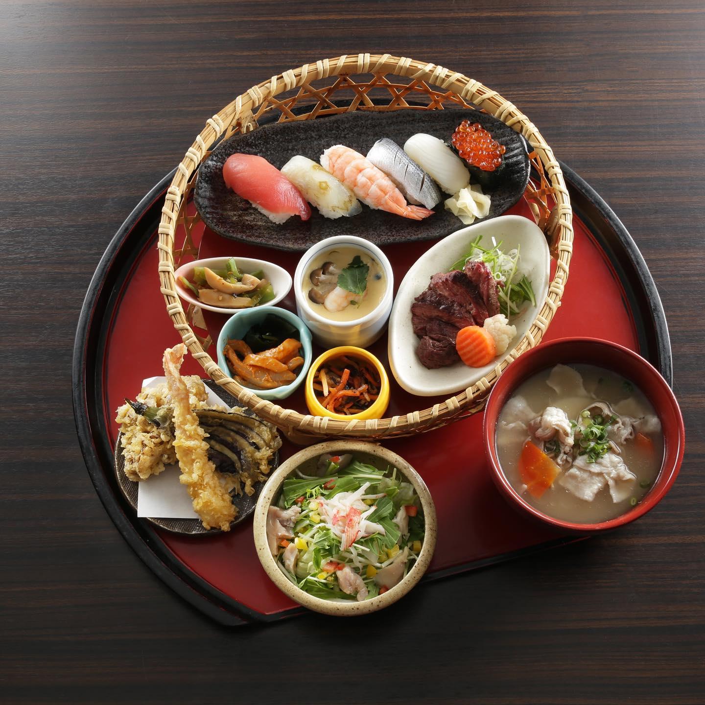 メニュー変更に伴ってメニューの料理写真を引き続き載せていきたいと思います。 ランチメニュー紹介します。 こちらは彩り御膳です。 寿司が6貫付いていて、サラダ、豚汁、牛モモステーキ、茶碗蒸し、天ぷら、惣菜3点が付いています。 お客さんと一緒の時、ちょっと贅沢したい時などにいかがでしょうか? ご来店お待ちしております。 ※HPはインスタプロフィールのURLからご覧下さい