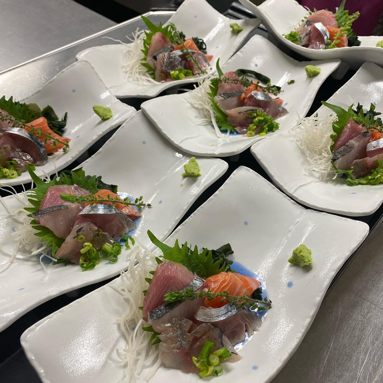 本日もご来店ありがとうございます。コース料理の一部をご紹介。 [刺身]福井直送の新鮮なお魚 [焼物]スズキの菜種焼き [皿物]牛肩ロースしゃぶしゃぶ [揚物]海鮮三種の天ぷら ネギ塩たれ ご予約頂いたお客様のニーズに合わせて、日々コース内容も変えております。ご予約の際は是非ともご相談下さい。  宴会場も徹底したコロナ対策を継続中!