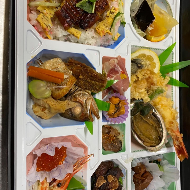 お弁当の紹介をいたします。  写真の弁当はお客様の要望により8000円で作らせていただきました。 のどぐろ、あわびやウニなど市場で仕入れた新鮮な食材を使って仕上げました。  ご予約お待ちしております。  #ご予約お待ちしております